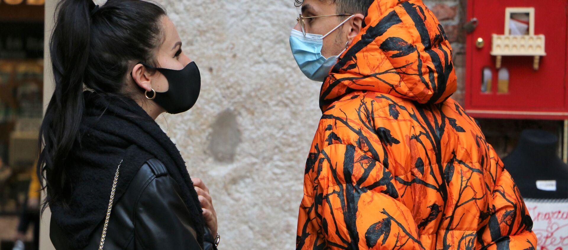 Persone in mascherina in Italia - Sputnik Italia, 1920, 05.05.2021