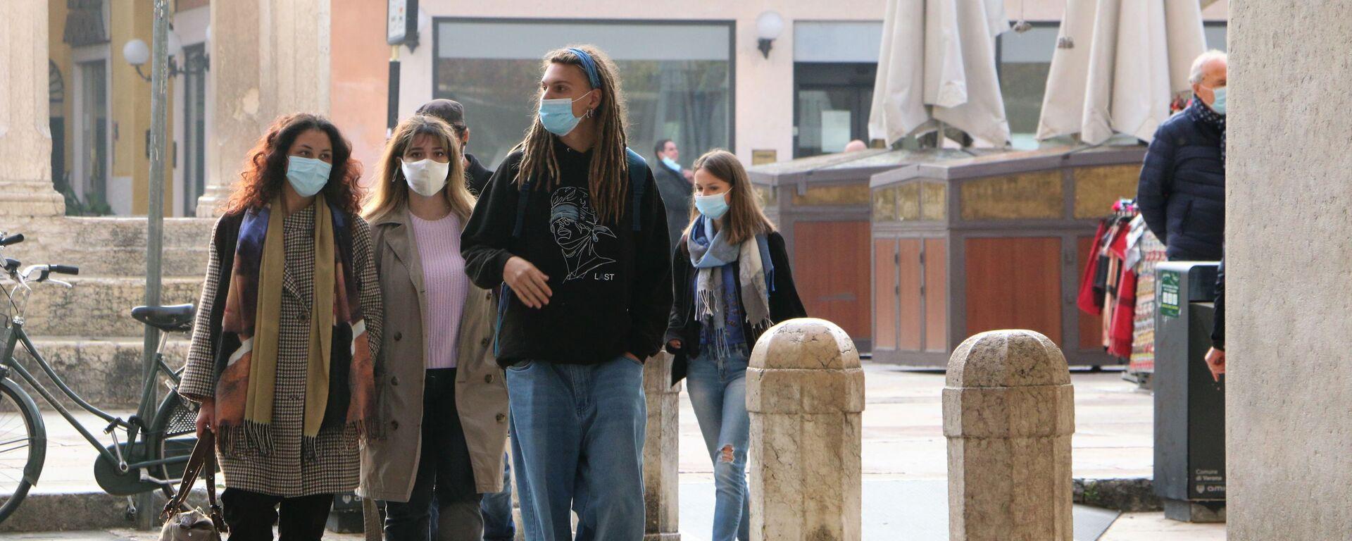 Persone indossano mascherina in Italia  - Sputnik Italia, 1920, 30.07.2021
