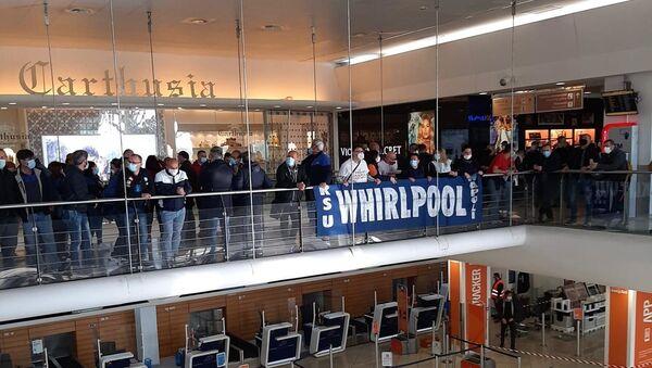 Lavoratori Whirlpool occupano aeroporto Capodichino Napoli - Sputnik Italia