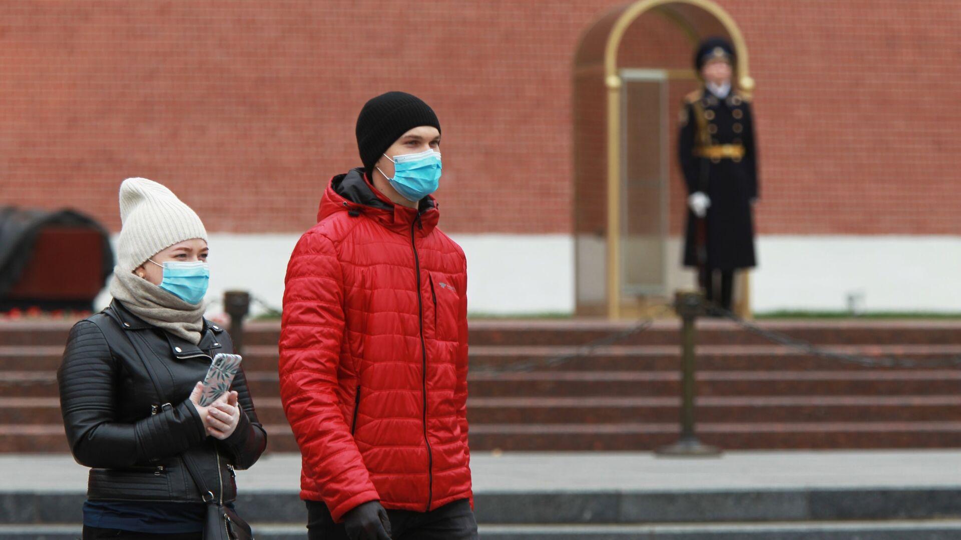 Coronavirus in Russia - persone in maschere protettive nel giardino Alexandrovsky a Mosca - Sputnik Italia, 1920, 16.04.2021