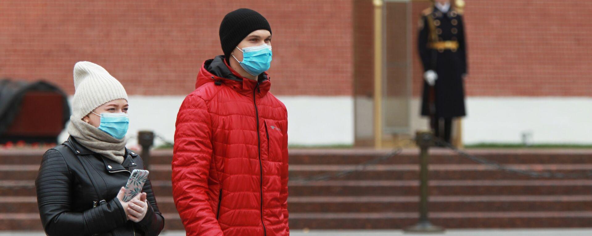 Coronavirus in Russia - persone in maschere protettive nel giardino Alexandrovsky a Mosca - Sputnik Italia, 1920, 27.02.2021