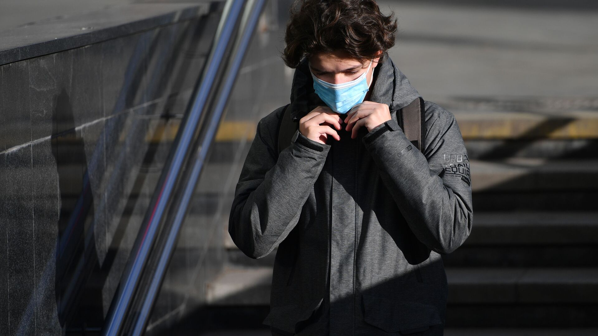 Coronavirus in Russia -un ragazzo in maschera protettiva sulla strada a Mosca - Sputnik Italia, 1920, 05.02.2021