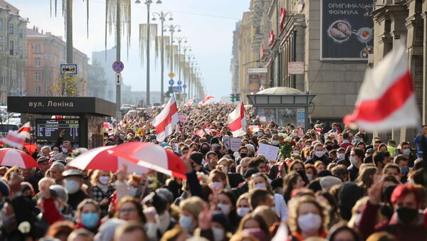 People attend an opposition rally to reject the Belarusian presidential election results in Minsk, Belarus October 26, 2020. - Sputnik Italia
