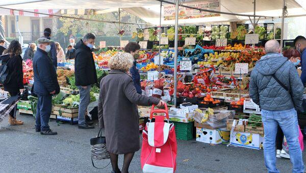 Le persone in un mercato - Sputnik Italia