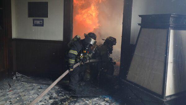 Vigili del fuoco spengono l'incendio nel palazzo del Congresso in Guatemala,   21 novembre 2020 - Sputnik Italia