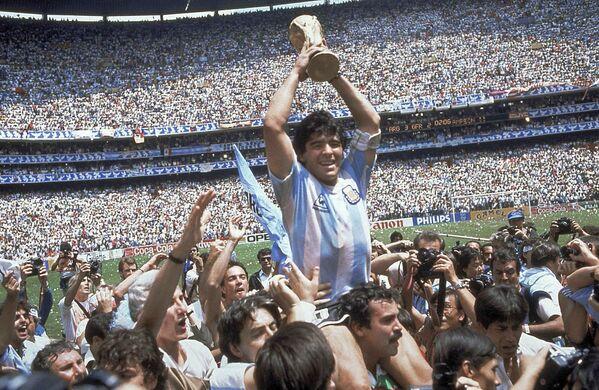 Diego Maradona dopo che l'Argentina ha vinto la finale contro la Germania ai Mondiali del 1986 in Messico - Sputnik Italia