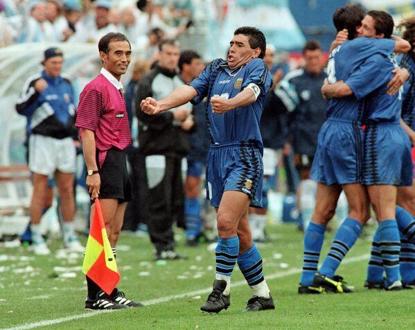Diego Maradona dopo un gol contro la Grecia ai Mondiali del 1994 - Sputnik Italia