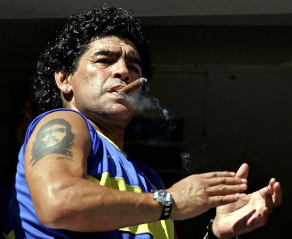 La leggenda del calcio Diego Maradona con un sigaro cubano e il tatuaggio di Che Guevara, 2006 - Sputnik Italia
