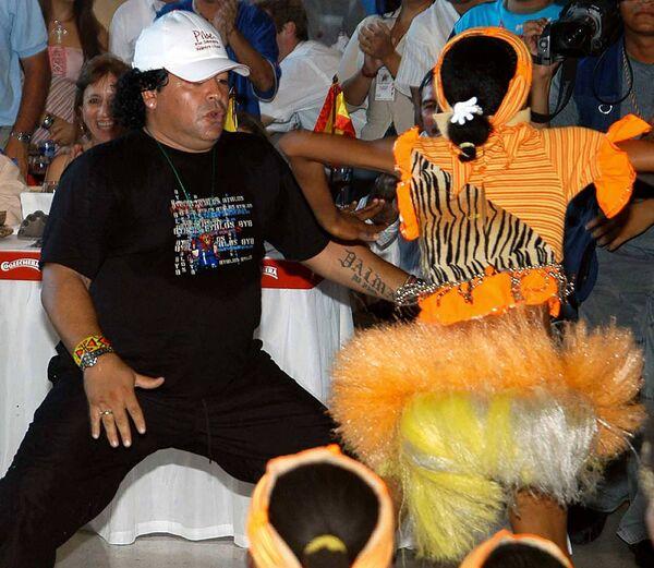 La leggenda del calcio Diego Maradona balla alla festa del calciatore colombiano Carlos Valderrama, 2004 - Sputnik Italia