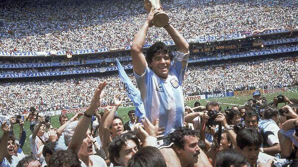 Диего Марадона после победы сборной Аргентины в финальном матче со сборной Германии в рамках ЧМ1986 в Мексике - Sputnik Italia