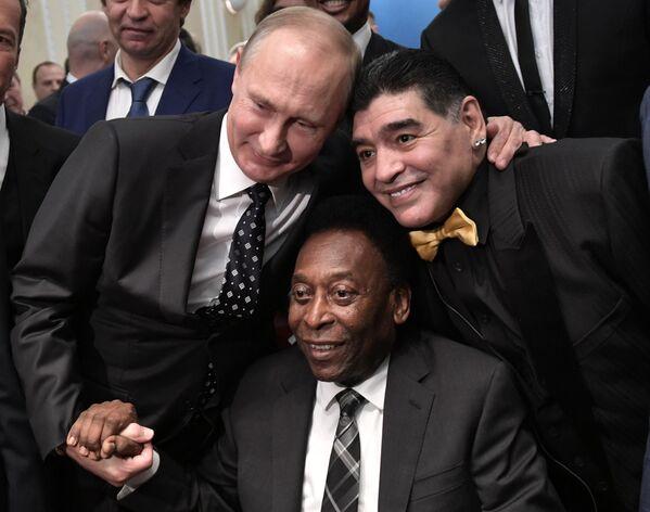 Il presidente russo Vladimir Putin, il calciatore brasiliano Pelé e il calciatore argentino Diego Maradona al sorteggio per la Coppa del Mondo FIFA 2018 in Russia - Sputnik Italia