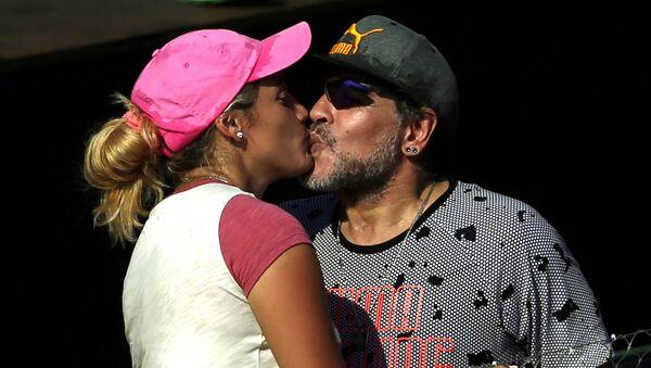 Легенда футбола Диего Марадона со своей девушкой, 2017 год - Sputnik Italia