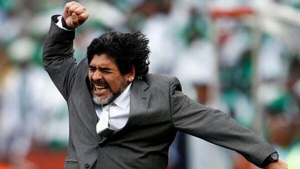 Футбольный тренер Диего Марадона празднует гол своей команды в матче против команды Нигерии на ЧМ-2010 - Sputnik Italia