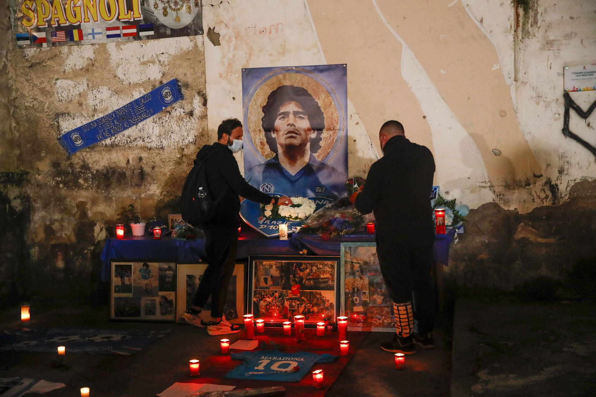 Le persone accendono le candele per onorare la memoria di Diego Maradona in Quartieri Spagnoli di Napoli - Sputnik Italia, 1920, 18.05.2021
