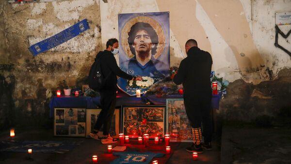 Le persone accendono le candele per onorare la memoria di Diego Maradona in Quartieri Spagnoli di Napoli - Sputnik Italia