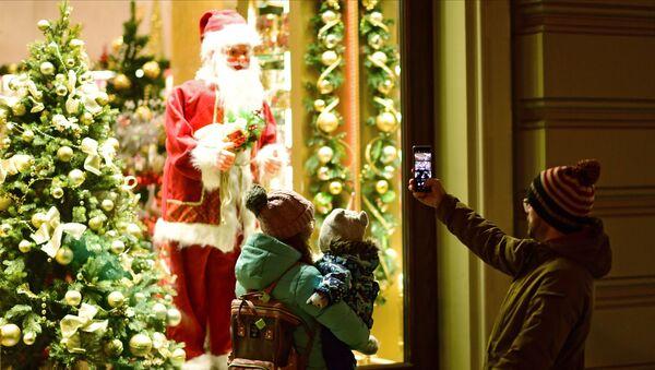 Le persone stanno fotografando Babbo Natale a Mosca - Sputnik Italia