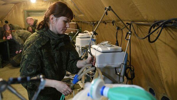 I militari russi stanno allestendo apparecchiature in un ospedale da campo mobile vicino a Stepanakert - Sputnik Italia