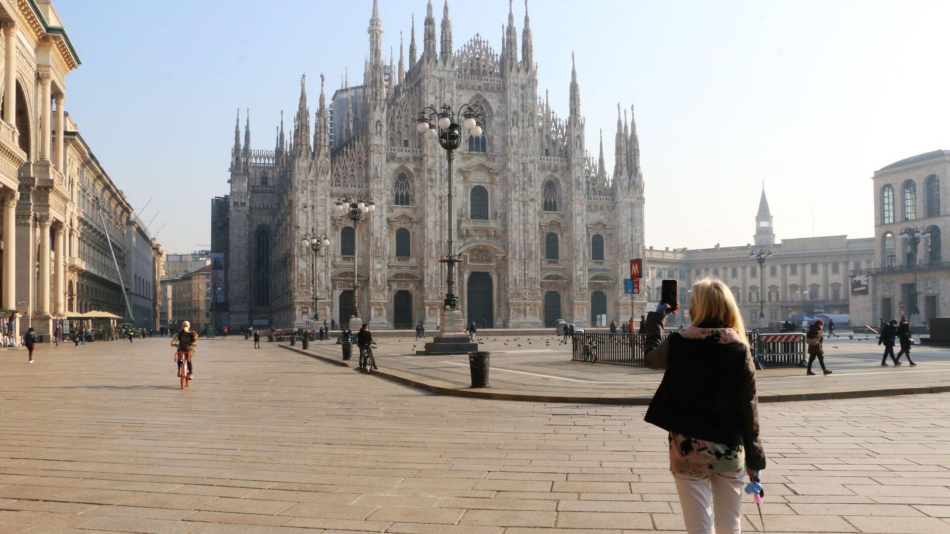 Una donna sta fotografando la piazza del Duomo a Milano - Sputnik Italia, 1920, 09.02.2021