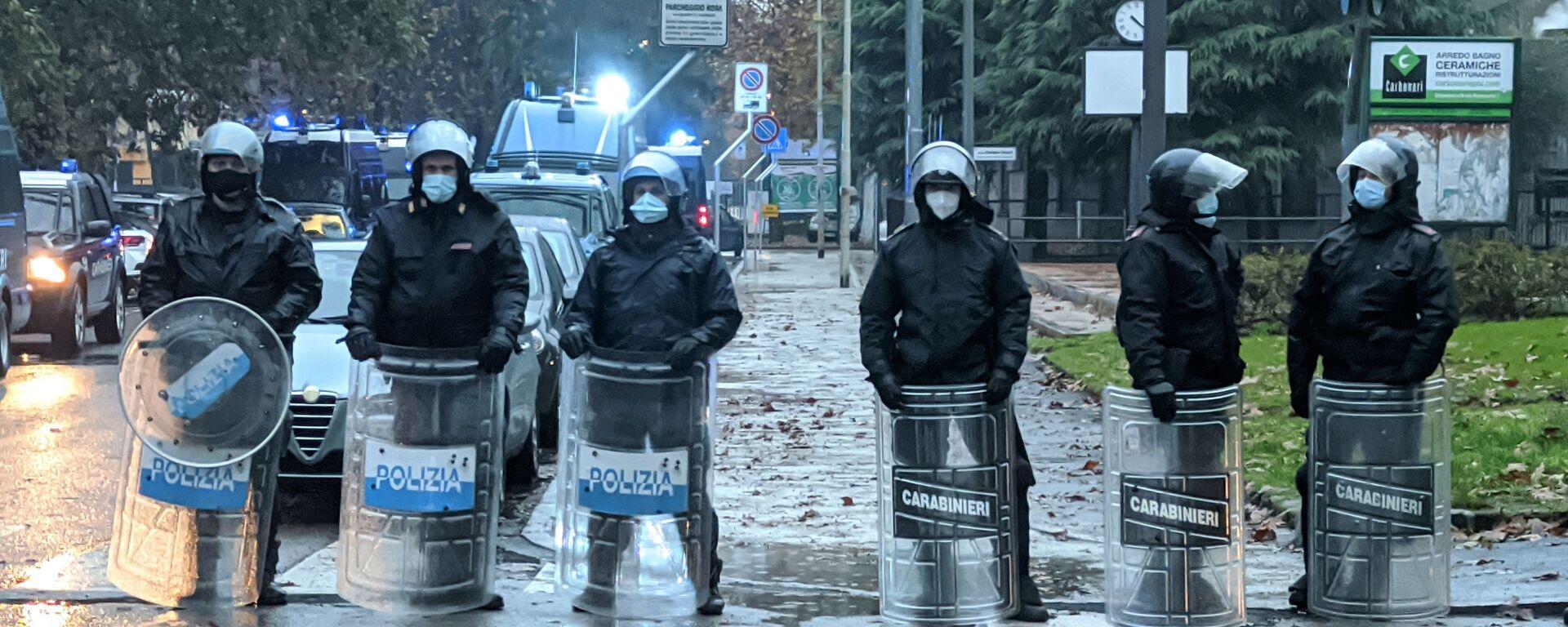 Polizia durante la manifestazione a Cernusco sul Naviglio - Sputnik Italia, 1920, 05.12.2020