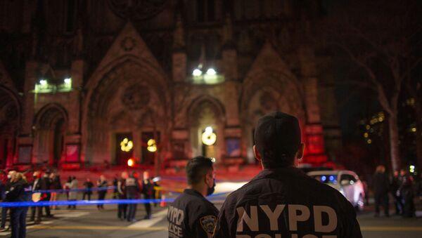 Agenti di polizia fanno la guardia fuori dalla Cattedrale di Saint John The Divine a New York il 13 dicembre 2020, dopo che un uomo armato ha aperto il fuoco fuori dalla chiesa.   - Sputnik Italia