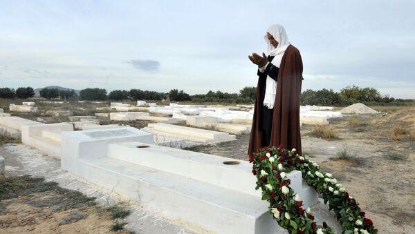 Un uomo prega sulla tomba di Mohammed Bouazizi in Tunisia - Sputnik Italia