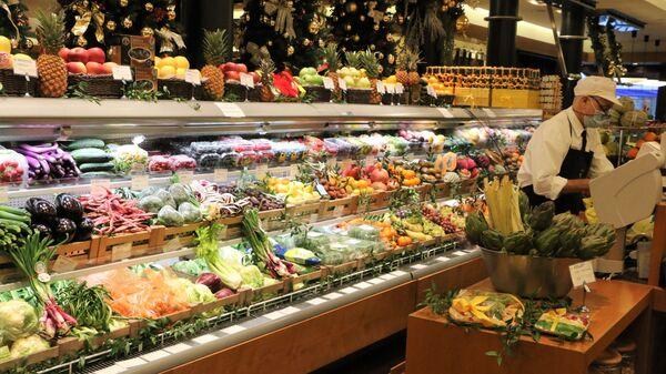 Banco di frutta e verdura in un supermercato - Sputnik Italia
