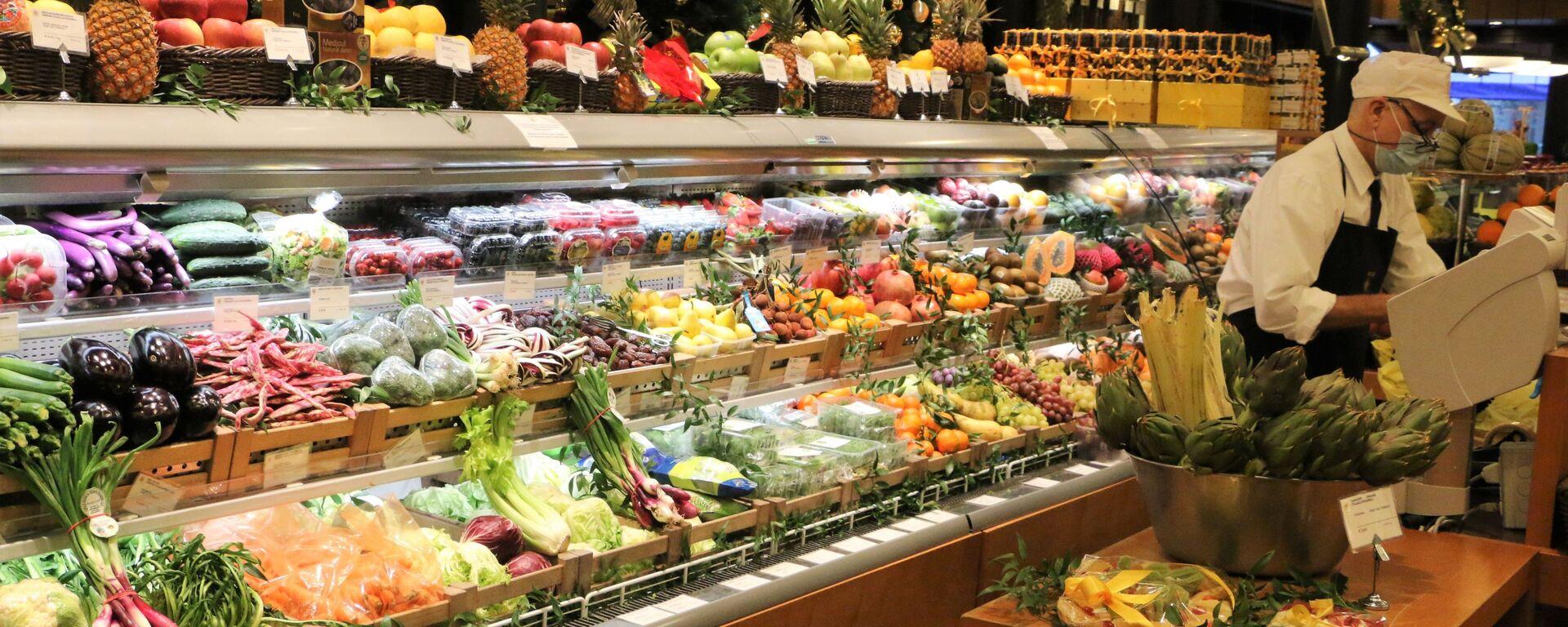Banco di frutta e verdura in un supermercato - Sputnik Italia, 1920, 03.01.2021