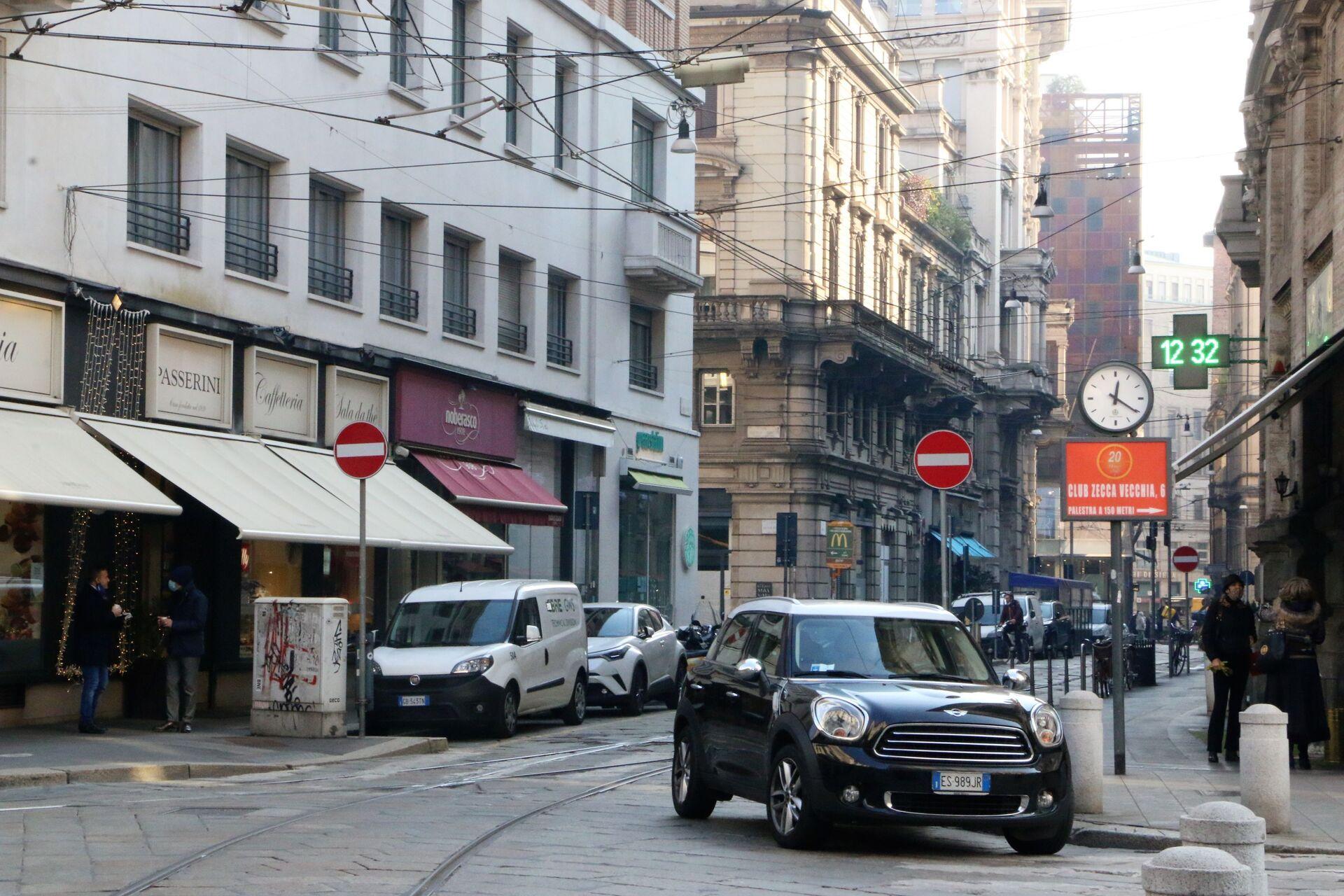 Automobili in una strada di Milano - Sputnik Italia, 1920, 18.05.2021