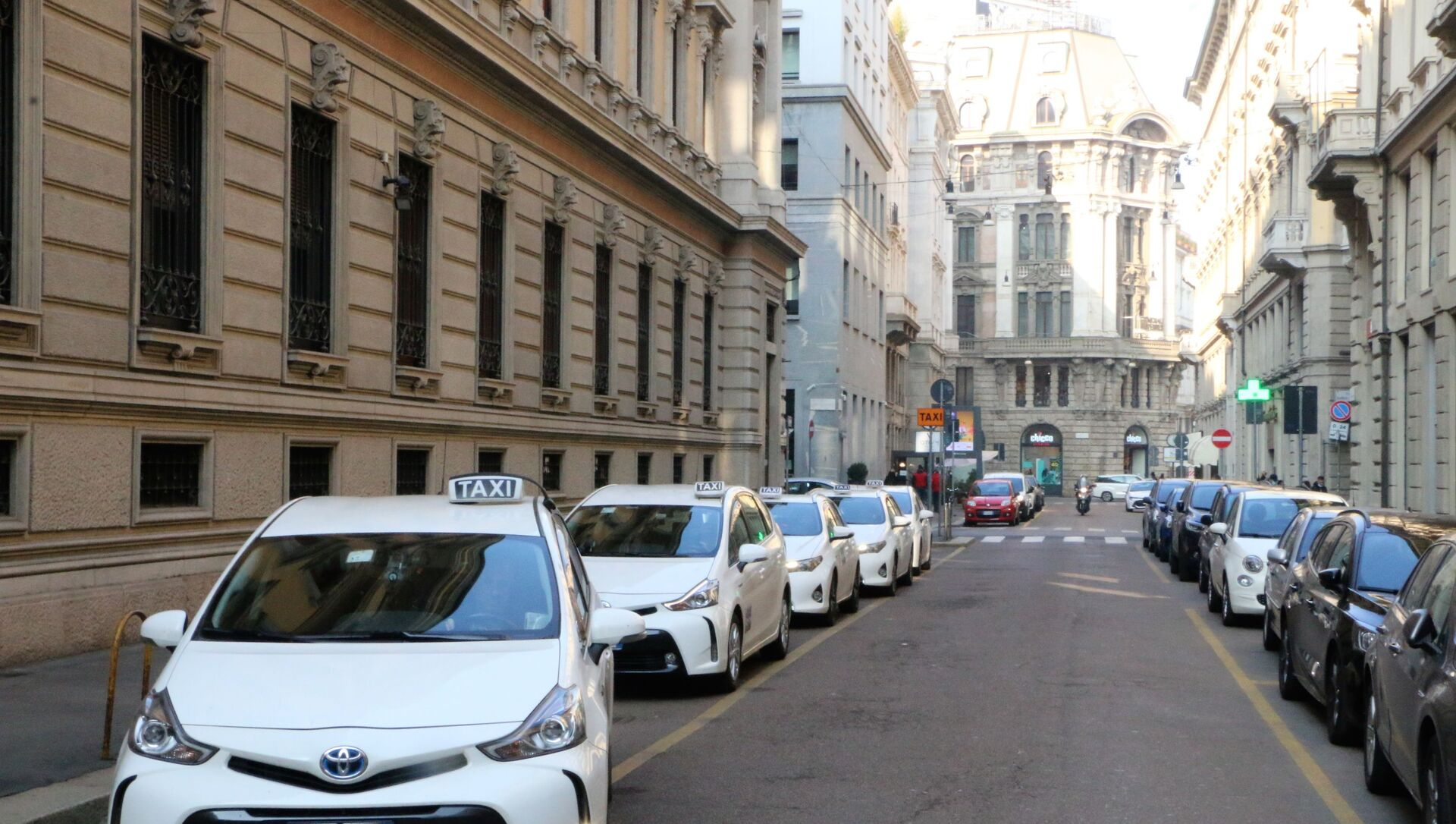 Taxi in una strada di Milano - Sputnik Italia, 1920, 28.02.2021