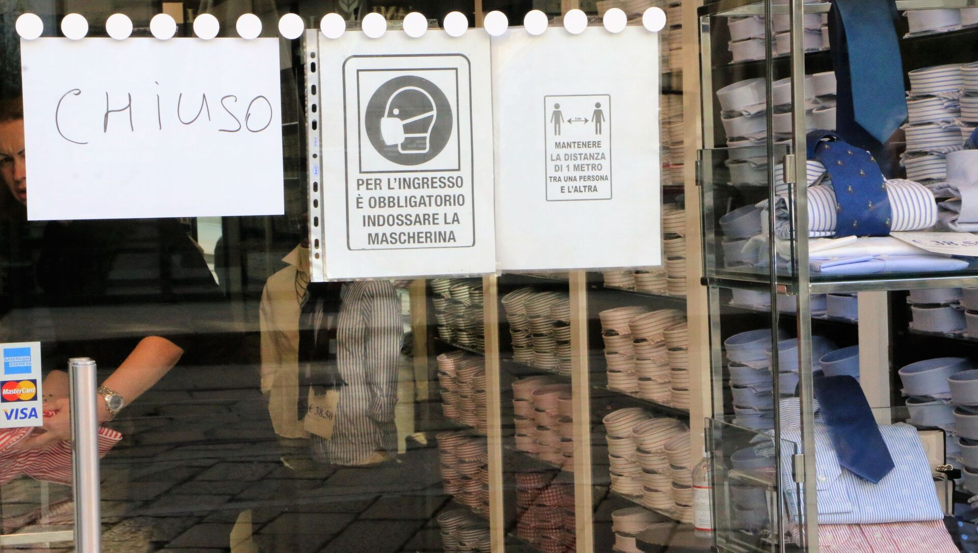 Un negozio chiuso con un volantino con le misure anti-Covid  - Sputnik Italia, 1920, 06.02.2021