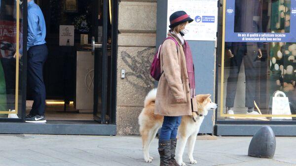 Una donna in mascherina con un cane - Sputnik Italia