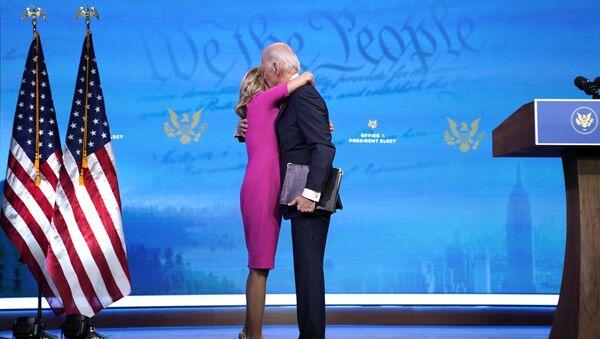 Президент США Джо Байден обнимает свою жену Джилл Байден - Sputnik Italia
