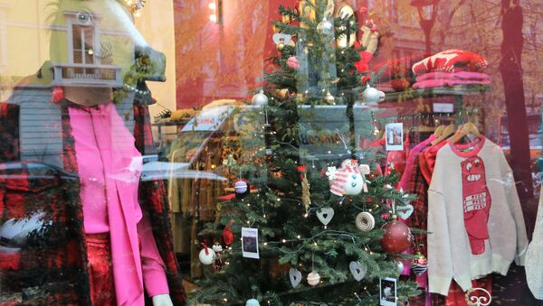 Un albero di Natale in una vetrina del negozio - Sputnik Italia