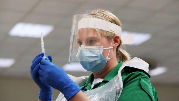 Una volontaria ai corsi di vaccinazione, Gran Bretagna - Sputnik Italia