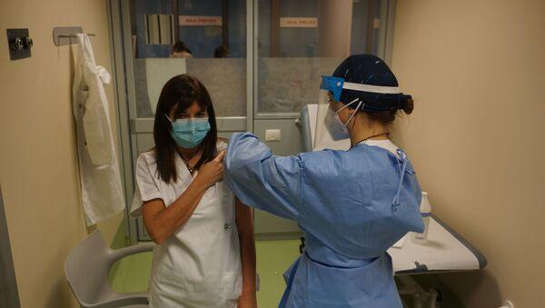 Iniezione del vaccino ad un'operatrice sanitaria - Sputnik Italia
