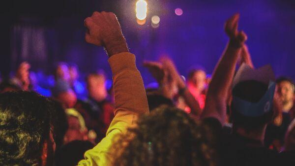 Persone che fanno festa sotto la luce della discoteca - Sputnik Italia