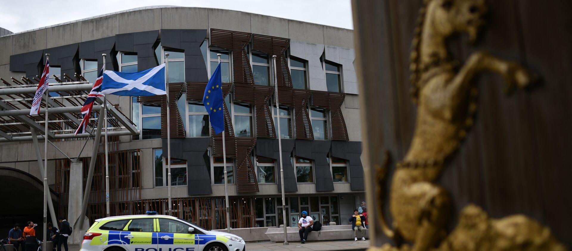 Bandiere britanniche, europee e scozzesi fuori dal parlamento ad Edinburgo, all'indomani del referendum Brexit - Sputnik Italia, 1920, 26.04.2021