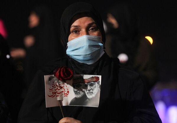 Donna con un ritratto del comandante iraniano Qasem Soleimani e del comandante iracheno Abu Mahdi al-Muhandis a Baghdad - Sputnik Italia