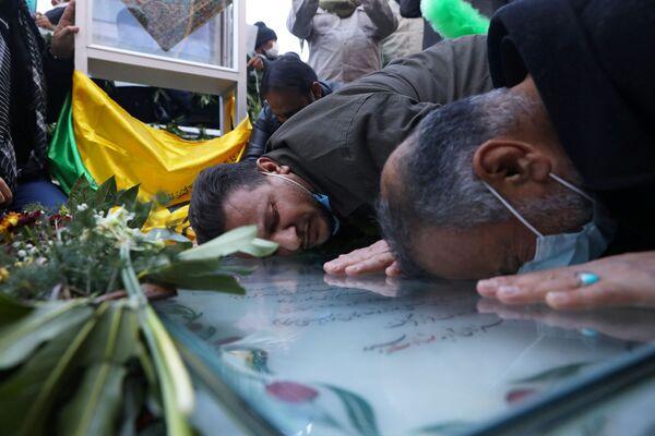 Persone presso la tomba del comandante iraniano Qasem Soleimani a Kerman, in Iran - Sputnik Italia
