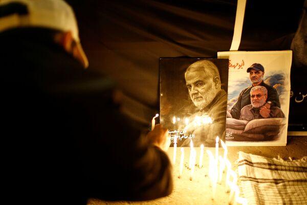 Persone accendono le candele per celebrare il primo anniversario della morte del comandante iraniano Qasem Soleimani e del comandante iracheno Abu Mahdi al-Muhandis a Baghdad - Sputnik Italia