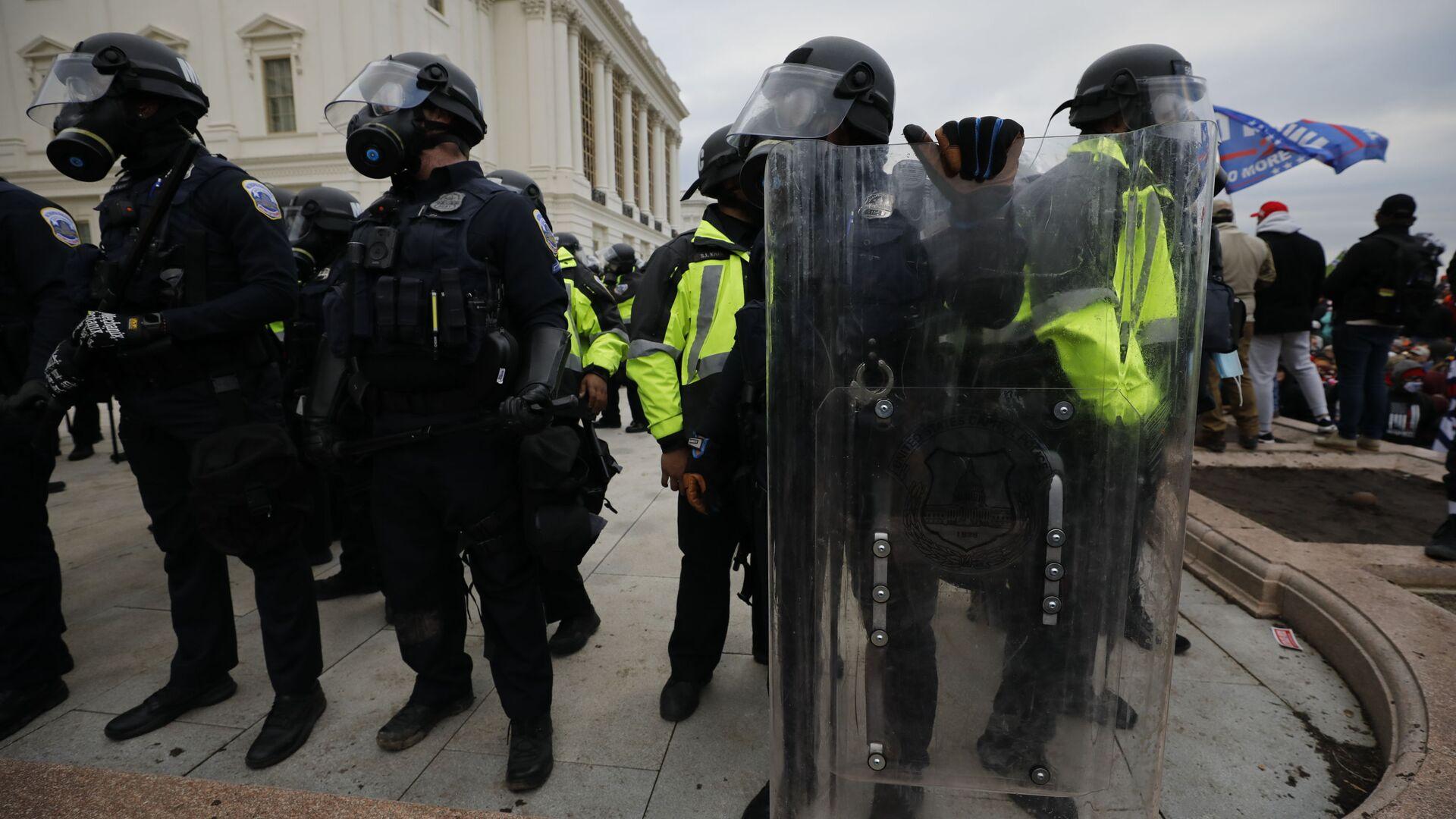 Gli agenti della polizia nel corso delle proteste dei sostenitori del presidente in carica Donald Trump vicino al Campidoglio, USA. - Sputnik Italia, 1920, 22.05.2021