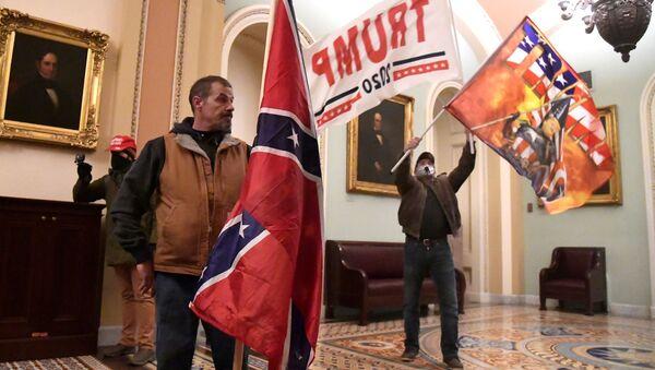 I sostenitori del presidente in carica Donald Trump al secondo piano del Campidoglio, Washington, USA.  - Sputnik Italia