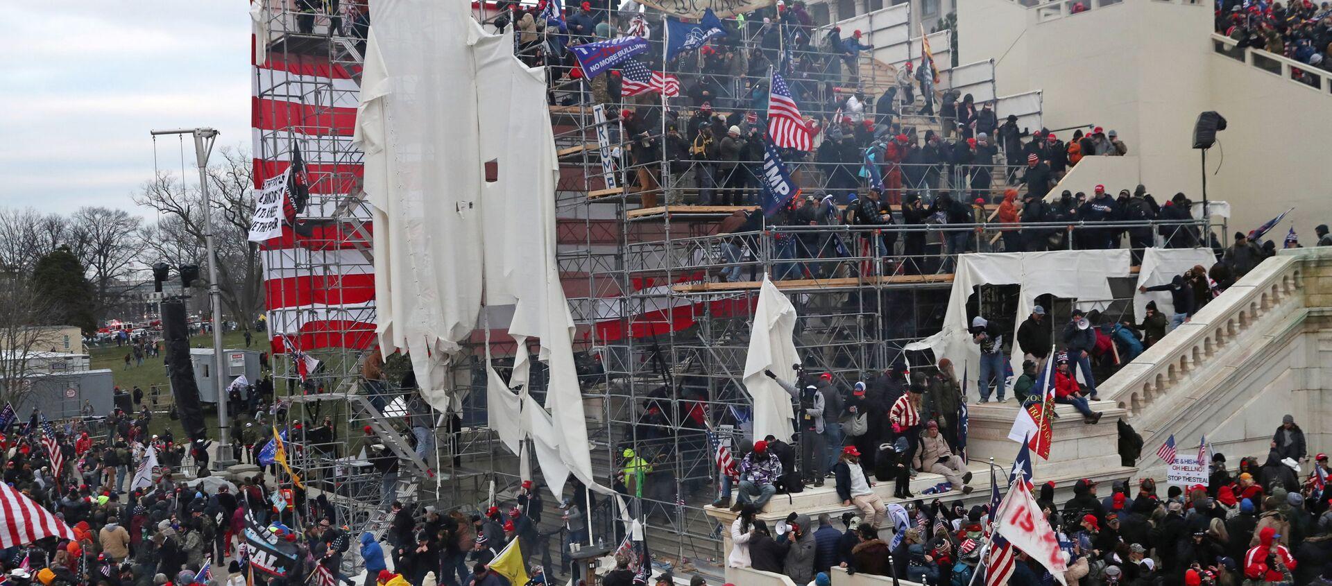 A mob of supporters of U.S. President Donald Trump storm the U.S. Capitol Building in Washington, U.S., January 6, 2021. Picture taken January 6, 2021. - Sputnik Italia, 1920, 13.01.2021