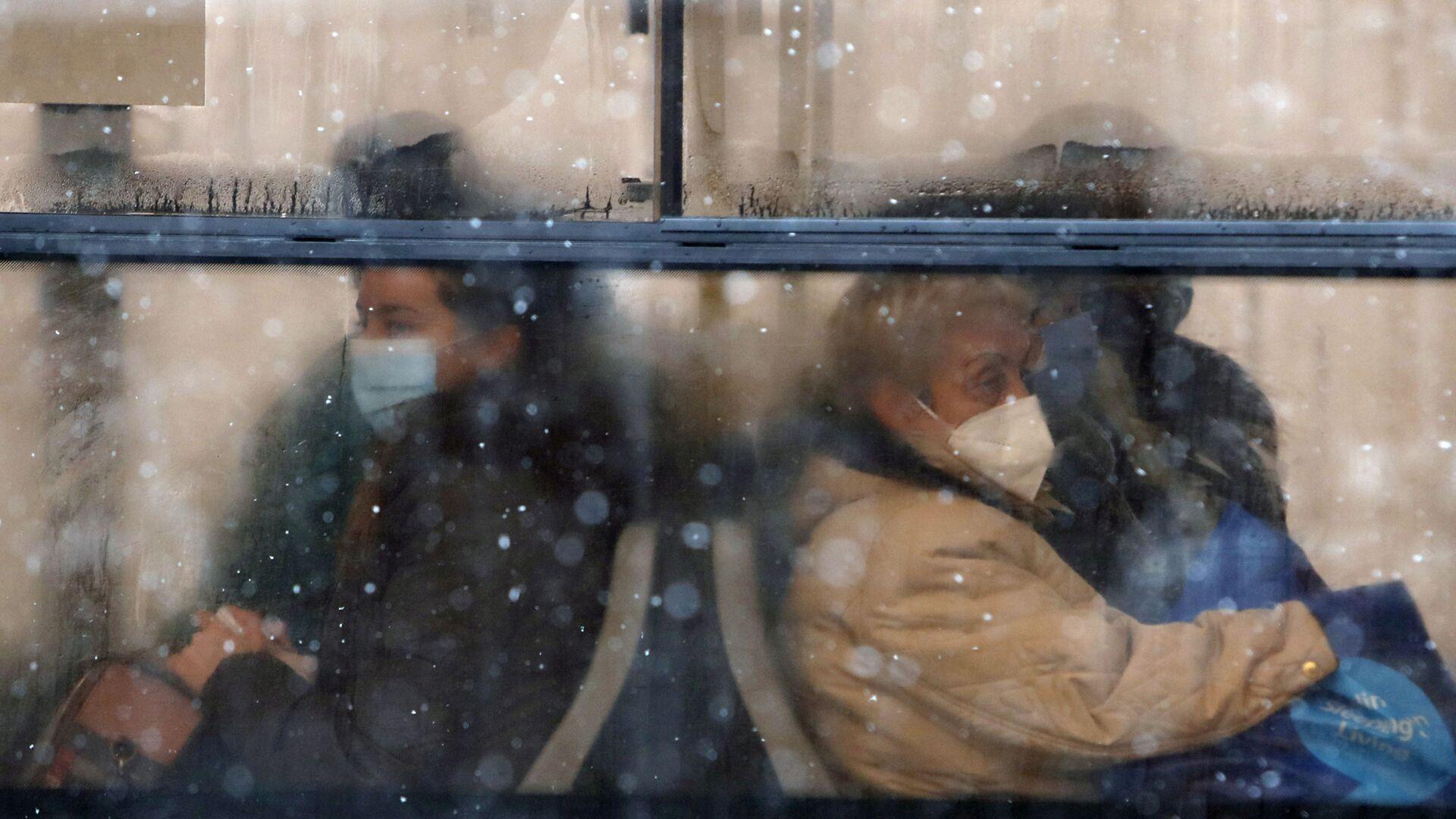 Люди в защитных масках в автобусе в Белграде, Сербия, - Sputnik Italia, 1920, 13.08.2021