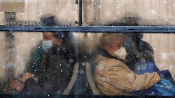Uomini in maschere protettive in autobus - Sputnik Italia