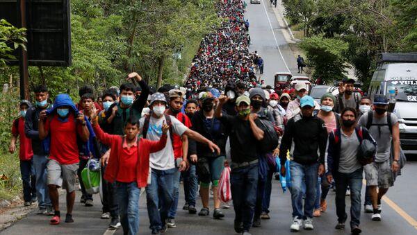 Gli honduregni, parte di una nuova carovana di migranti destinata agli Stati Uniti, camminano lungo una strada a El Florido, in Guatemala, il 16 gennaio 2021. - Sputnik Italia