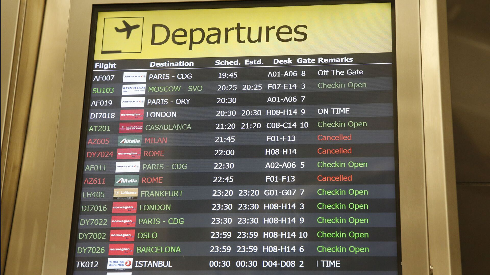Several airlines with canceled flights are shown on a departures board at JFK airport's Terminal 1, Friday, March 13, 2020, in New York. The coronavirus outbreak is affecting the airline industry hard. Travelers from most European countries to the United States are banned for the next 30 days after President Trump announced the ban earlier in the week. Returning passengers will be screened. The global travel industry is already reeling from falling bookings and canceled reservations as people try to avoid contracting and spreading the virus. - Sputnik Italia, 1920, 08.02.2021