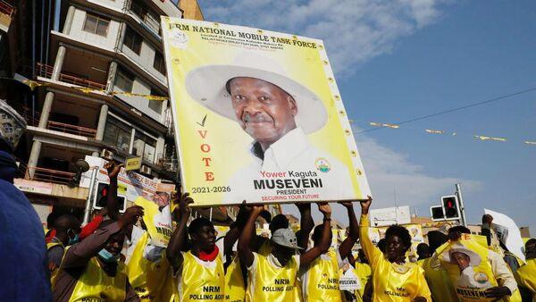 Rappresentanti elettorali del partito del Movimento di resistenza nazionale (NRM) celebrano la vittoria del presidente dell'Uganda Yoweri Museveni alle elezioni generali concluse a Kampala, in Uganda, il 16 gennaio 2021. REUTERS / Baz Ratner - Sputnik Italia