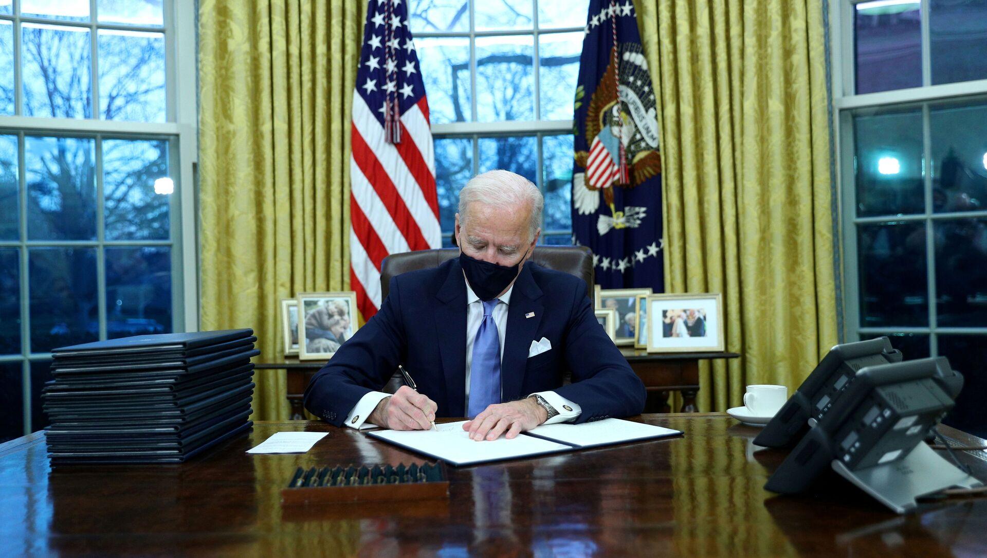 Joe Biden firma i primi decreti, gennaio 20 del 2021 - Sputnik Italia, 1920, 15.02.2021