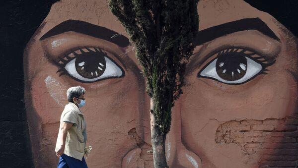 Женщина  проходит мимо граффити на одной из стен кладбища San Nicolas Tolentino в муниципалитете Истапалапа в Мехико - Sputnik Italia